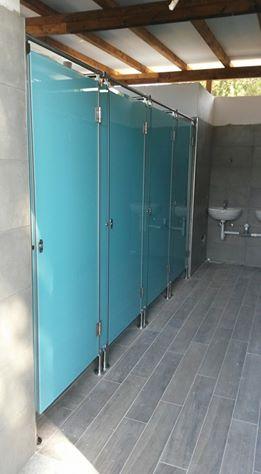 Divisori per bagni,docce e spogliatoi in vetro temperato e smaltato color acquamarina, ferramenta in acciaio satinato 316L-1