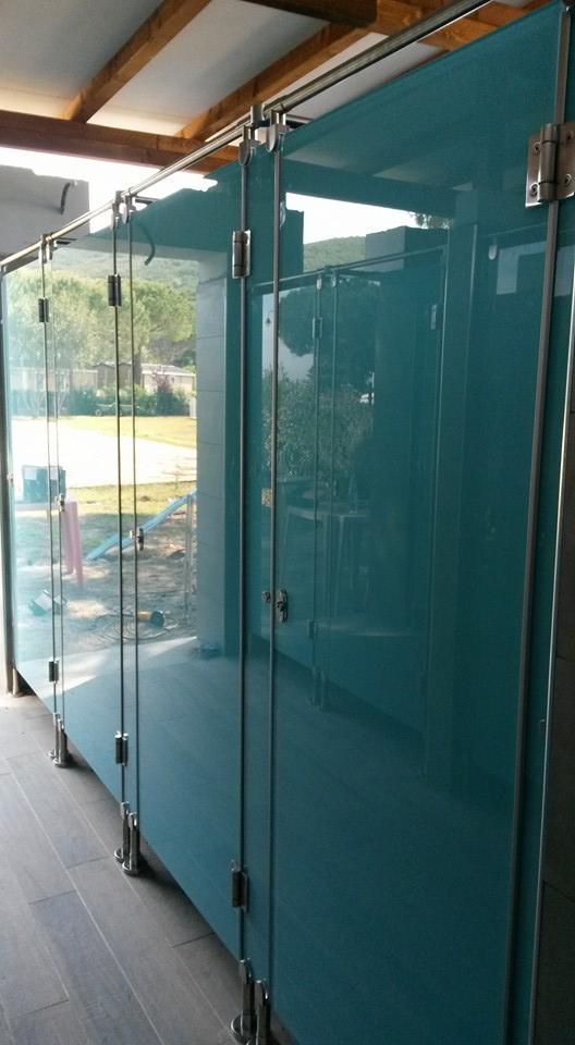 Divisori per bagni,docce e spogliatoi in vetro temperato e smaltato color acquamarina, ferramenta in acciaio satinato 316L-6