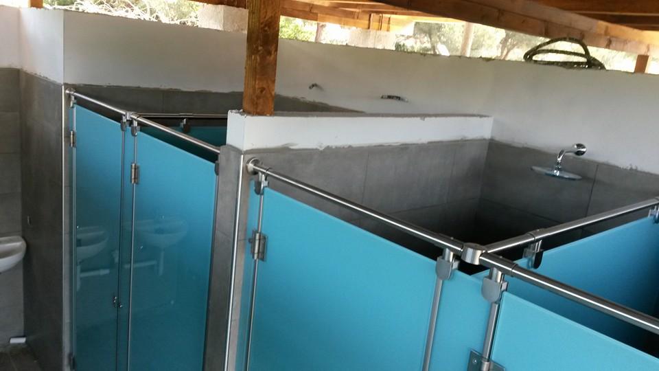 Divisori per bagni,docce e spogliatoi in vetro temperato e smaltato color acquamarina, ferramenta in acciaio satinato 316L-8
