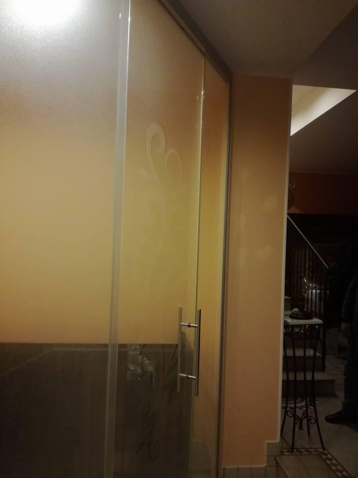 Porte scorrevoli e battenti con decori 3D-2