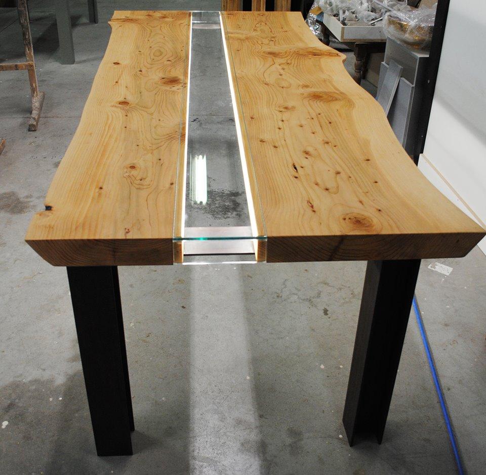 tavolo legno e vetro illuminato